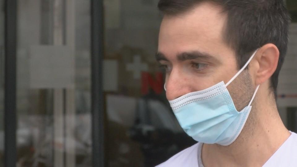 En la piel de este médico que se enfrenta a diario al covid