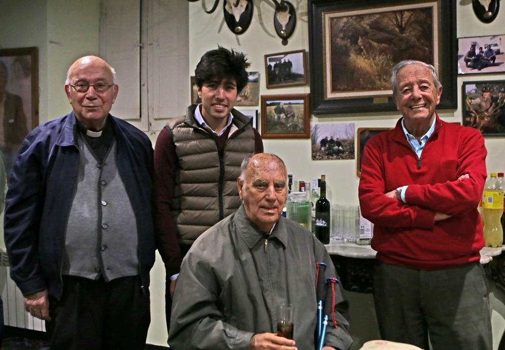 El ex deán de la Catedral de Toledo, Santiago Calvo, El torero Álvaro Lorenzo, Pablo Lozano y José Finat, duque de Pastrana, tras una tienta.