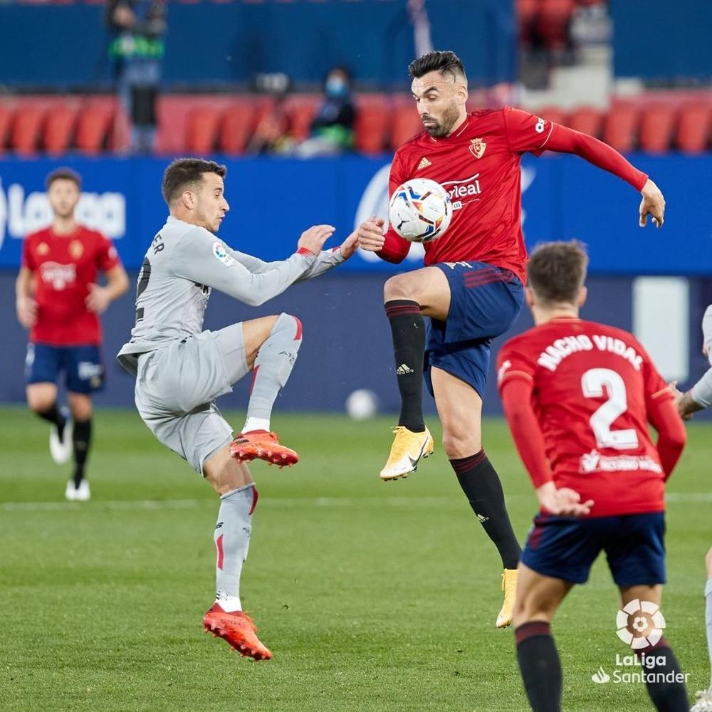 Gallego pugna por el balón con el exrojillo Berenguer