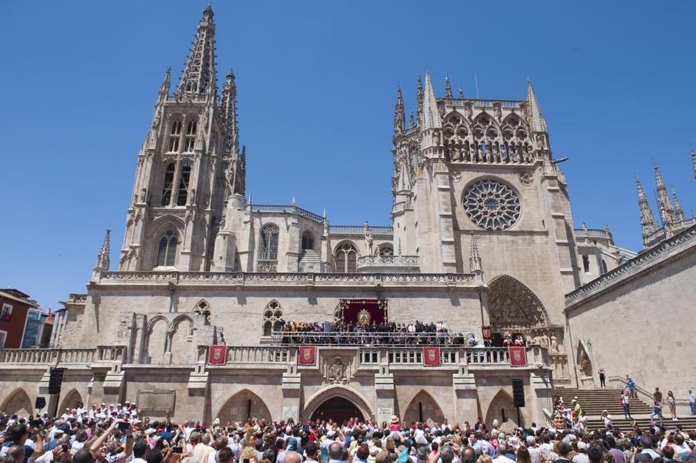 Interpretación del Himno a Burgos en la plaza del Rey San Fernando, a los pies de la Catedral.