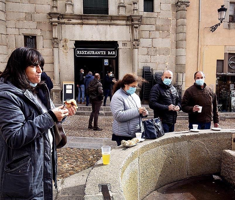 Los segovianos empiezan a acostumbrarse a tomar el café en la calle.