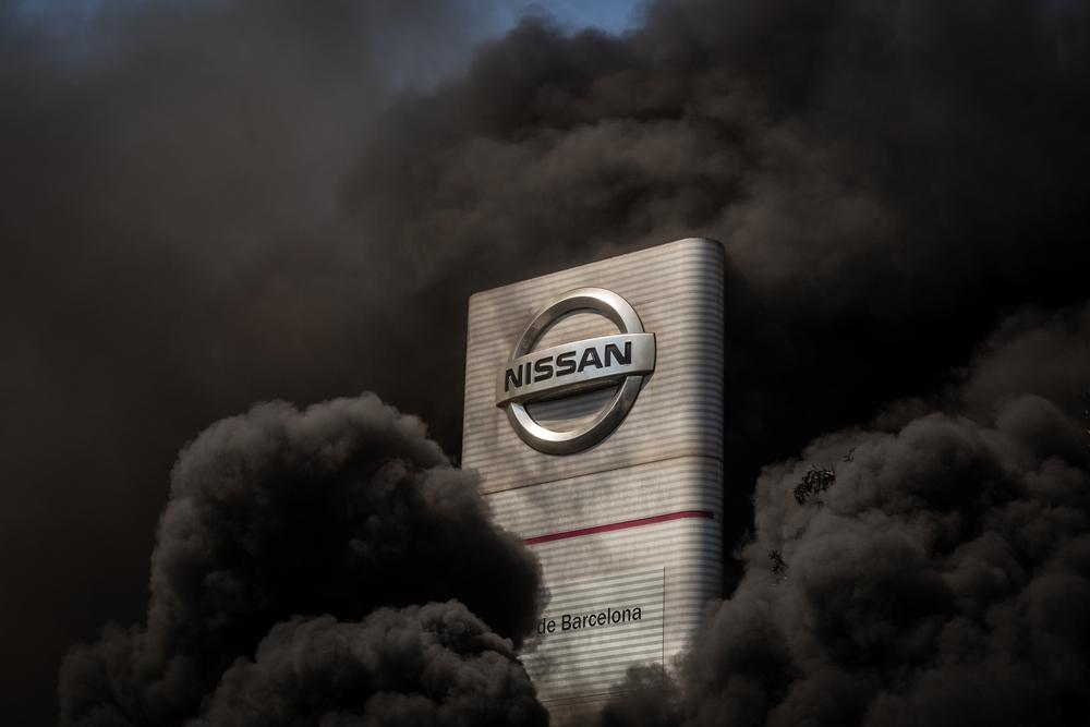 Trabajadores de la planta de producción de Nissan en Barcelona queman neumáticos en el exterior de la fábrica en la Zona Franca el dÁa en el que fabricante japonés de automóviles, como parte de su nuevo plan estratégico a medio plazo, ha decidido c