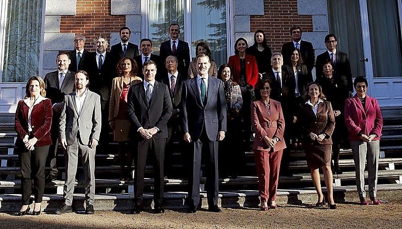 El Gobierno posó con el Monarca en las escaleras del Palacio de la Zarzuela.
