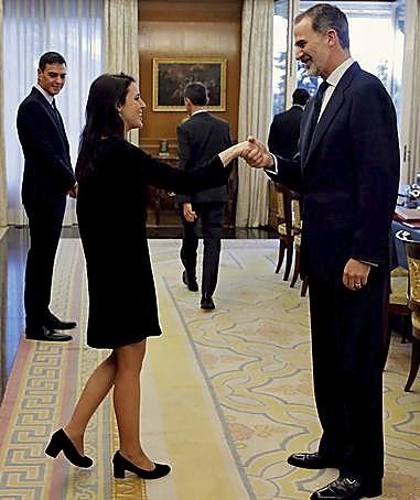 Felipe VI saluda a Irene Montero.