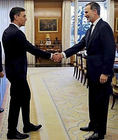 El Rey y Sánchez estrechan la mano antes de la reunión.