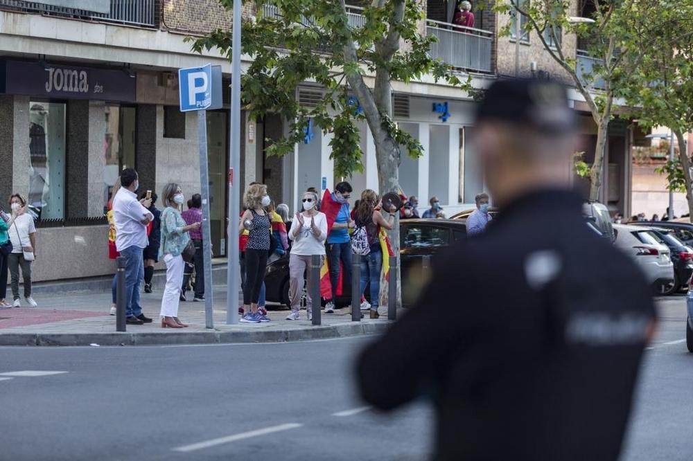 La Policía pidió a lo manifestantes que no permenecieran parados en las aceras y mantuvieran la distancia de seguridad.