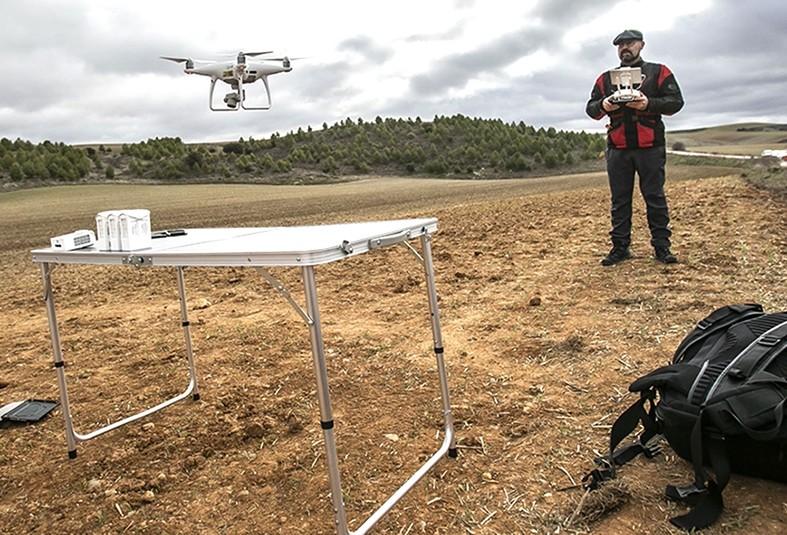 Juan Carlos García, uno de los expertos, hace volar un dron para tomar fotografías y vídeos aéreos y comparar las imágenes con los datos anteriores al colapso.