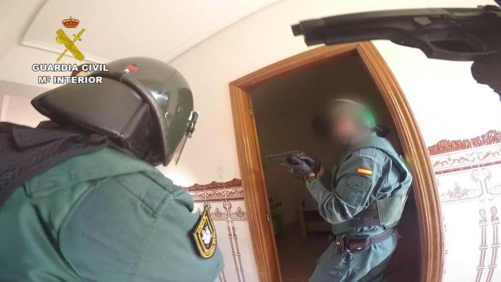 Agentes de la Guardia Civil accediendo a la vivienda con mandamiento judicial en busca de armas para evitar que se liaran a tiros los clanes enfrentados