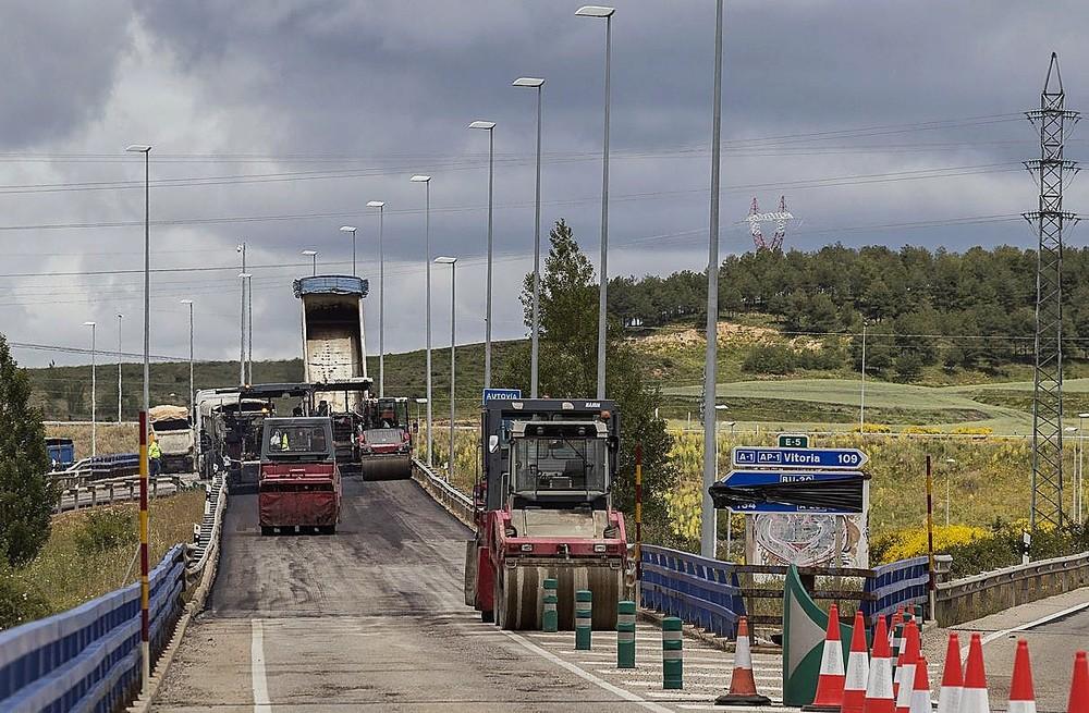 En la BU-30, a la altura delVillafría, prosigue el reasfaltado de la vía, en concreto en el desvío hacia Santander y León.