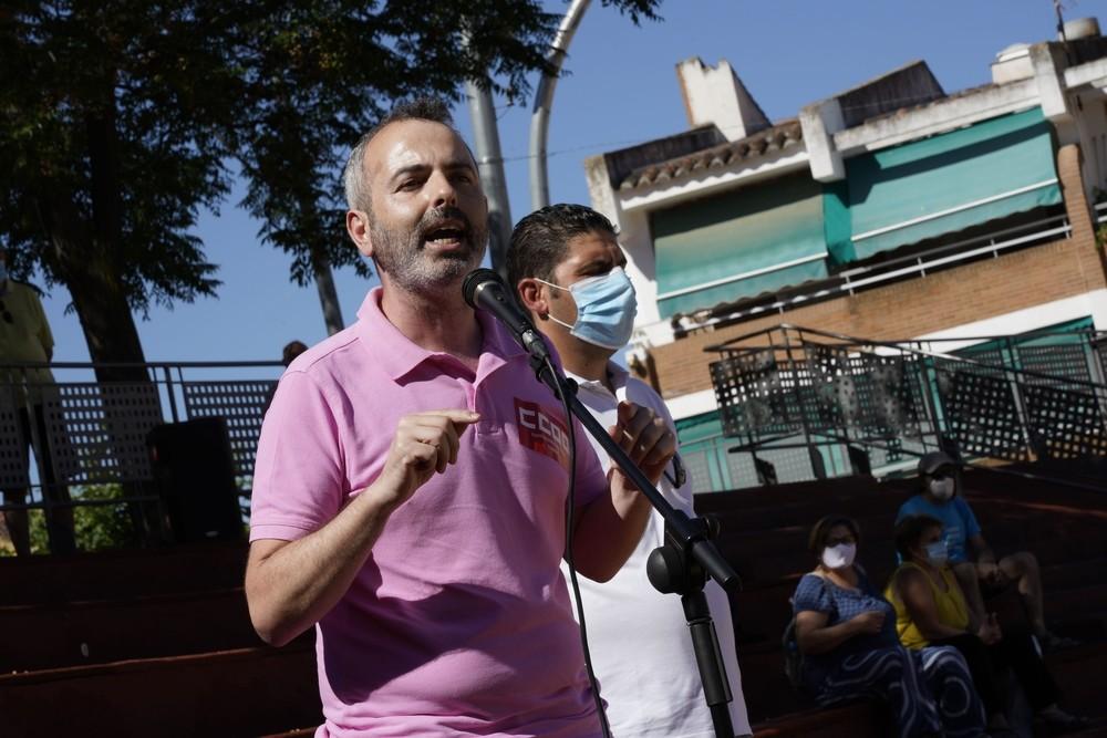 Los sindicatos UGT y Comisiones Obreras se concentraron este sábado por la mañana en el Paseo Federico García Lorca.