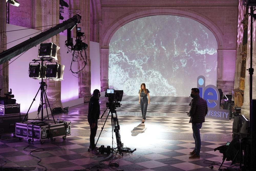 Uno de los momentos de la ceremonia virtual celebrada en el Aula Magna de IE University en Segovia