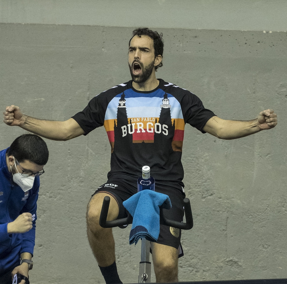 Benite, capitán del San Pablo, estuvo en la bicicleta estática durante varias fases del partido.