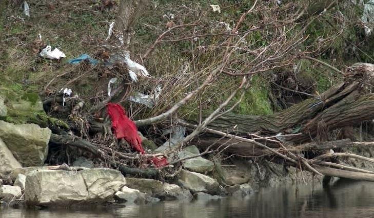 Plásticos y basura en el Arga un mes después de la riada