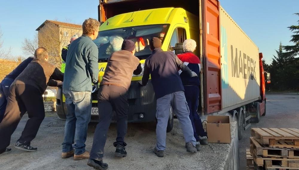 Una ambulancia de DYA Navarra con destino África