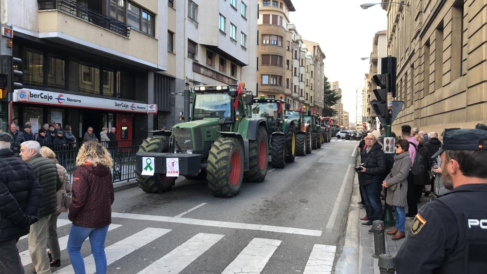 'El campo no va a parar': tractores colapsan Pamplona