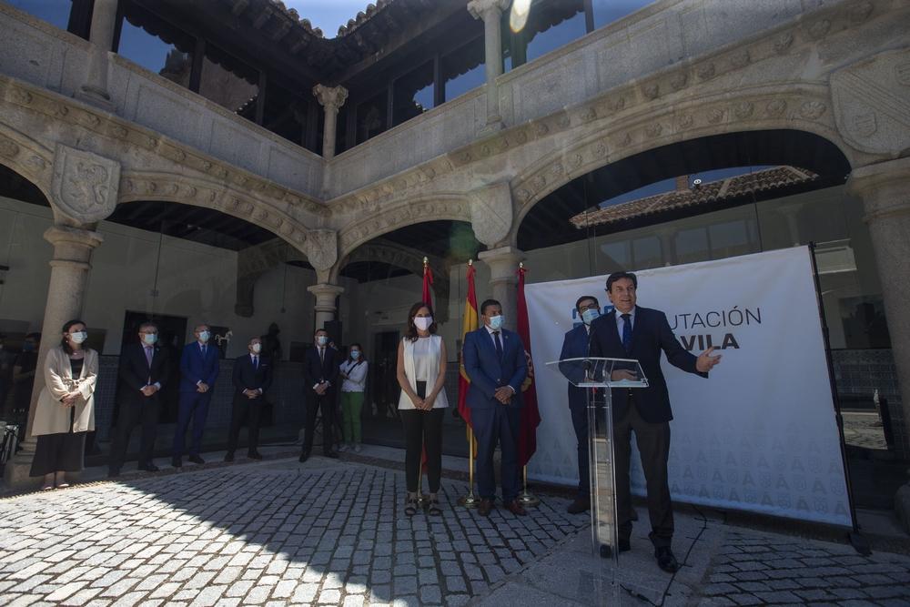 Reunion de Plan Territorial de Fomento, Carlos Fernández Carriedo, consejero de Economia y Hacienda, Carlota Amigo consejera de Empleo e Industria.