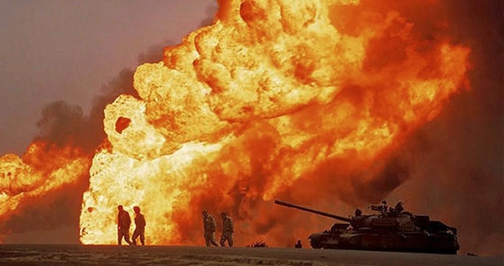 Los tanques desplegados en las dunas y las llamaradas dejaron imágenes impactantes