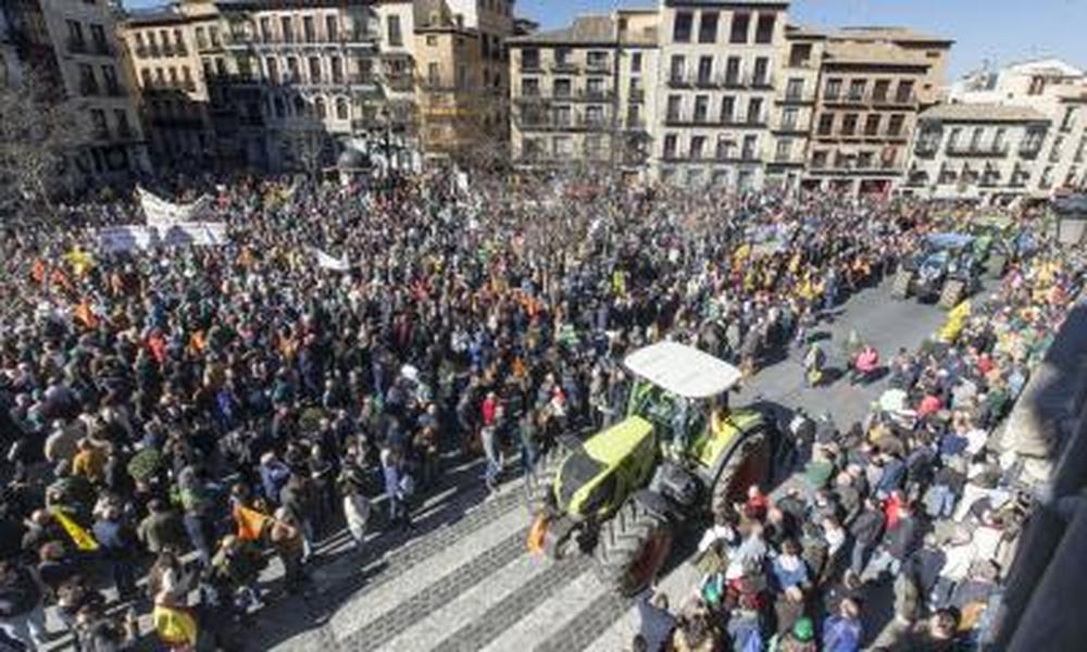 Miles de agricultores y ganaderos salen a la calle para certificar que están al límite.