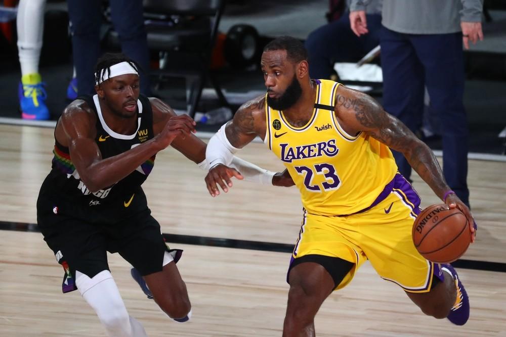Davis sitúa a los Lakers a un paso de las Finales