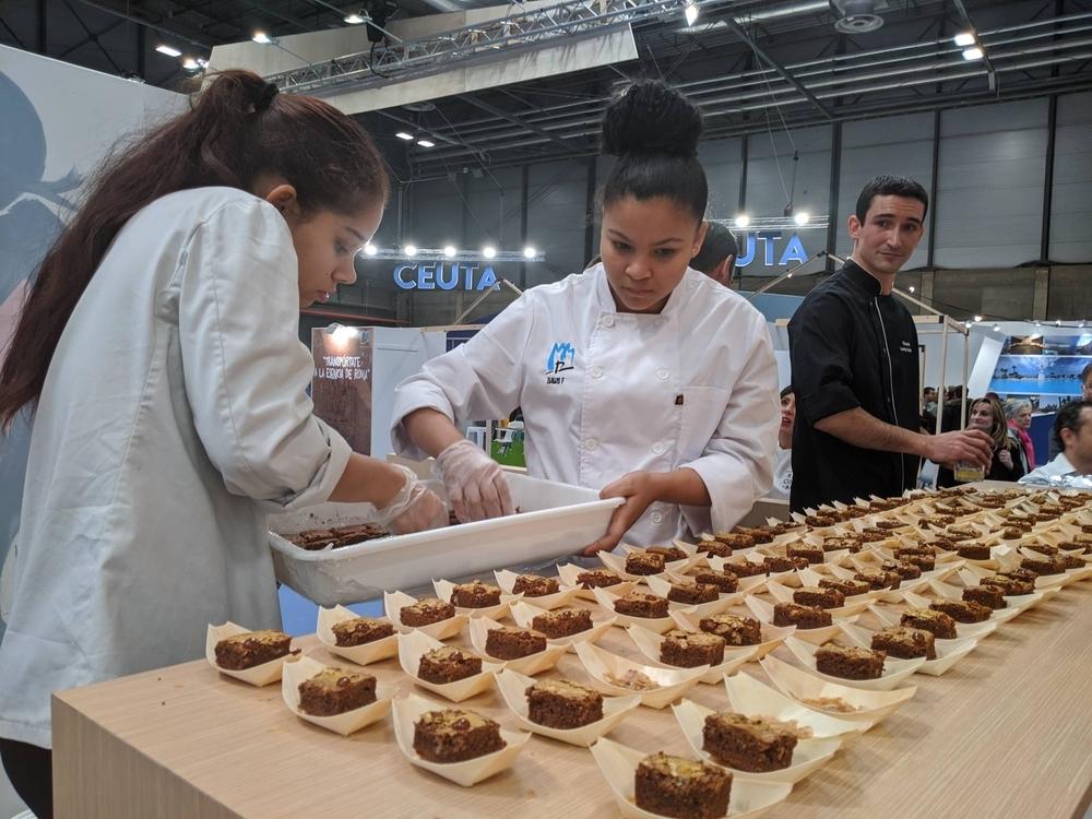 Las alumnas del María Madre Politécnica prepararon con Eduardo Luengo platos para más de 100 personas.