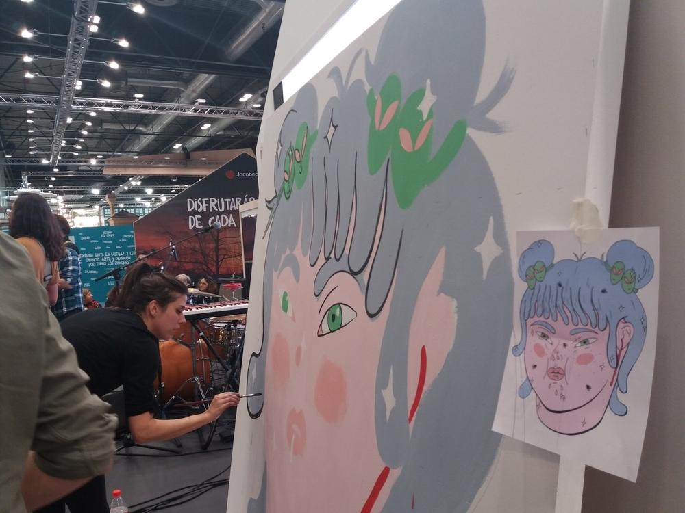 Mabel Esteban, en plena creación del mural.