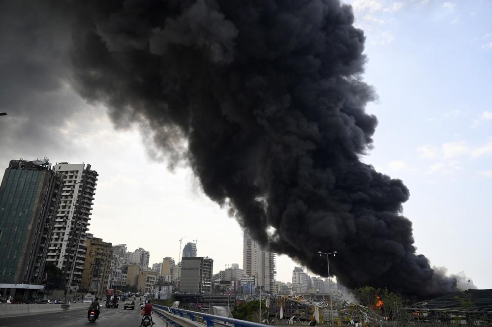 Incendio en el puerto de Beirut un mes después de la explosión