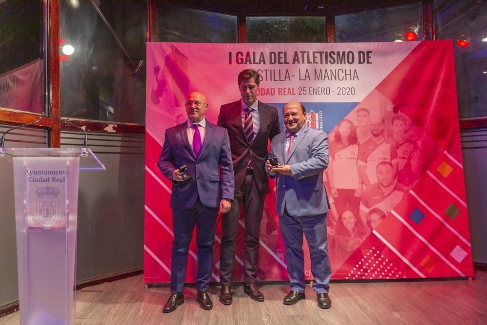 Olallo Fernández (izquierda) y Rafa Dina fueron distinguidos por su labor en la Federación Territorial.