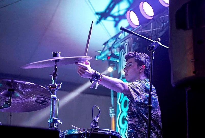 Arturo Rica, el batería del grupo, vecino de Huerta de Rey.