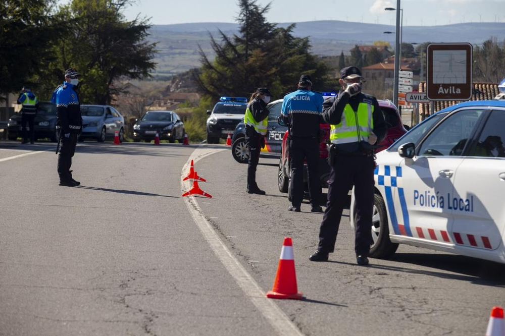 Controles de Policía Nacional y Local para evitar desplazamientos.
