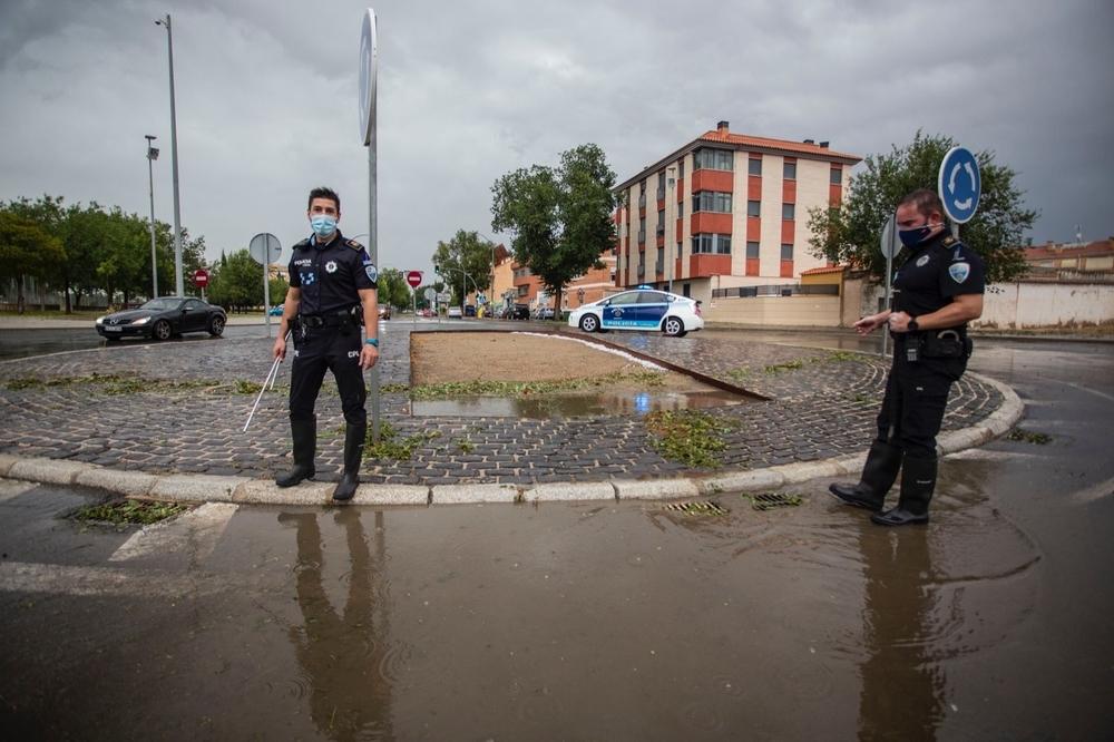 Policía y bomberos no dan abasto ante cientos de incidencias