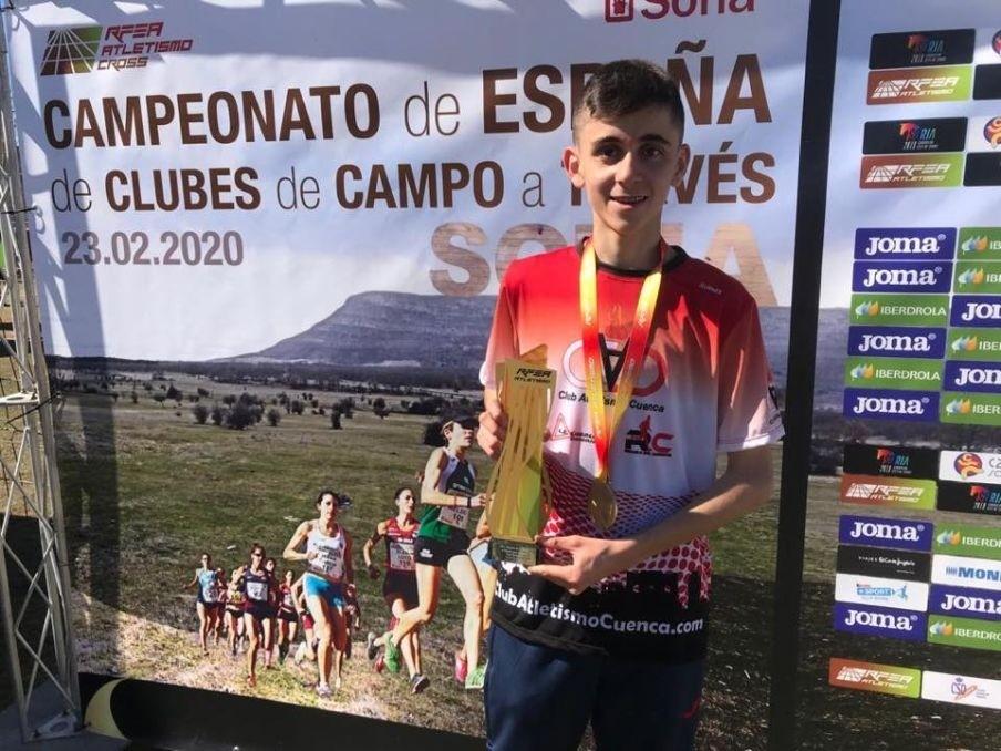 Unai Naranjo, con su trofeo de campeón de España.