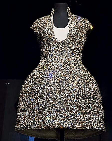 Vestido de Alexander McQuee hecho con cristales de la casa.