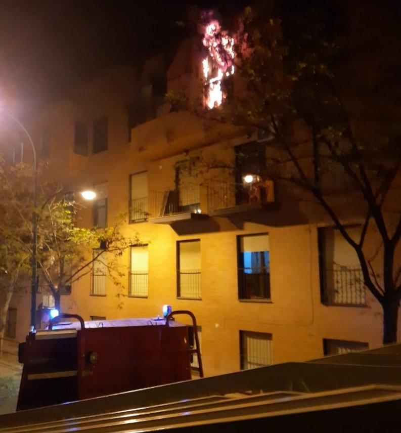Evacuan edificio por un incendio que deja daños materiales
