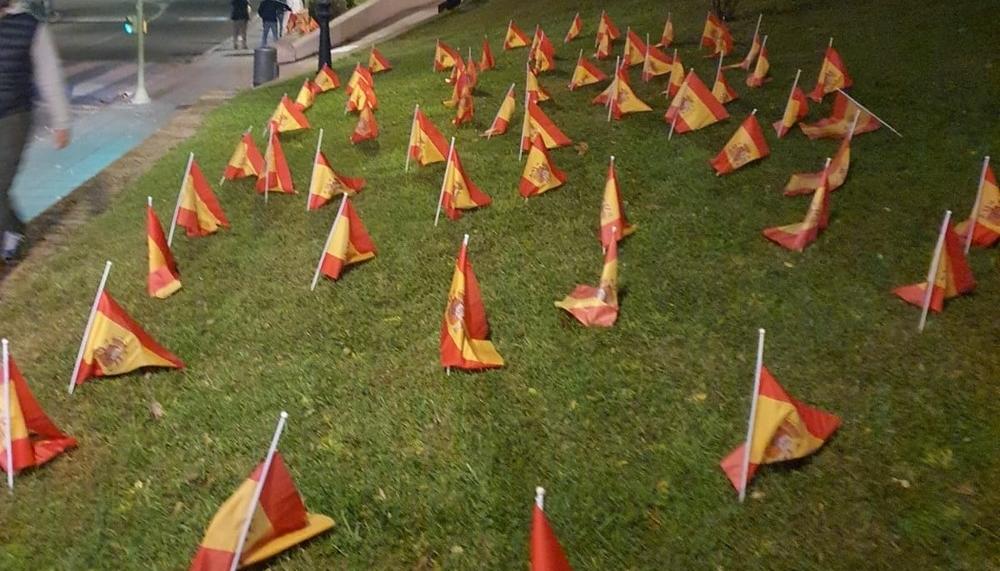 Recaredo amanece con banderas por las víctimas del Covid-19