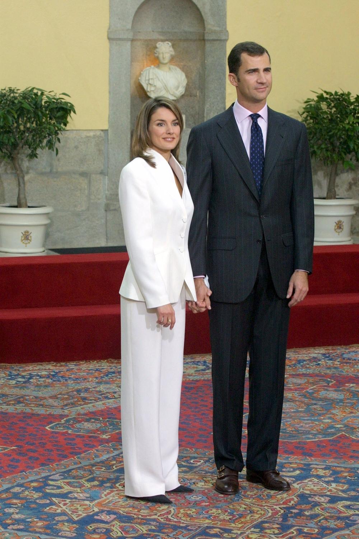 El traje blanco de Armani que lució en su petición de mano con don Felipe el 6 de noviembre de 2003