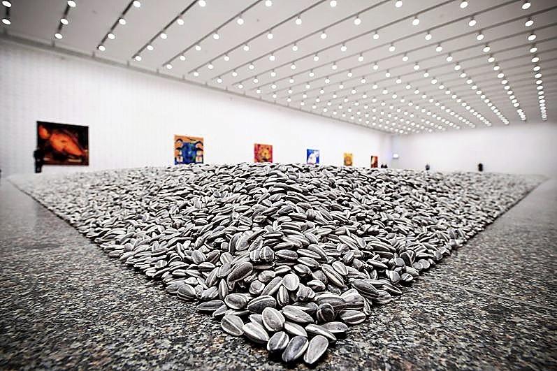 Obra compuesta por 100 toneladas de pipas de girasol hechas de porcelana