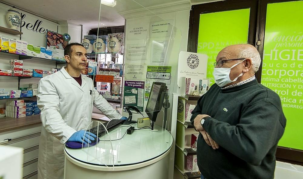 Los farmacéuticos, tras mamparas | Noticias La Tribuna de Toledo