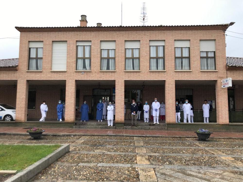 Sanitarios a las puertas del centro de salud de Nava de la Asunción.