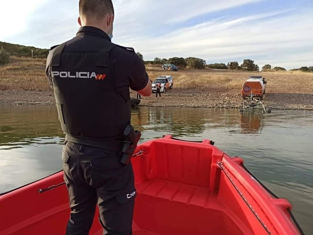 Protección Civil 'rescata' un coche del pantano del Vicario