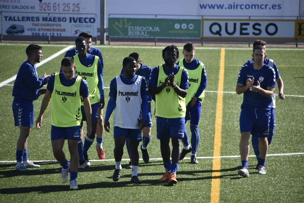 Varios jugadores del Manzanares, antes del partido de vuelta de la Copa del Rey con el Marchamalo.