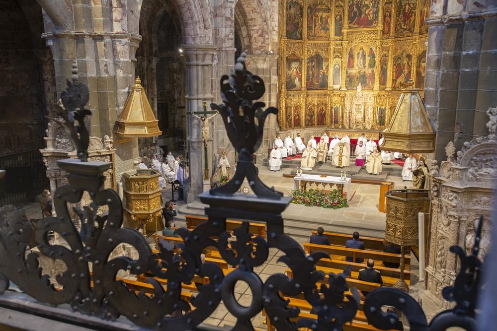 La Catedral de El Salvador de Ávila acogió este jueves, como cada 15 de octubre, una solemne eucaristía con motivo de la festividad de Santa Teresa de Jesús, patrona de Ávila.