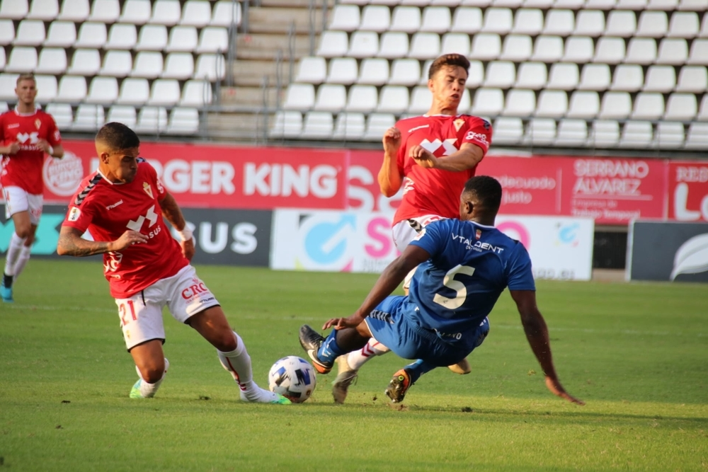 El visitante Mamadou intenta frenar el avance de dos jugadores del Real Murcia.
