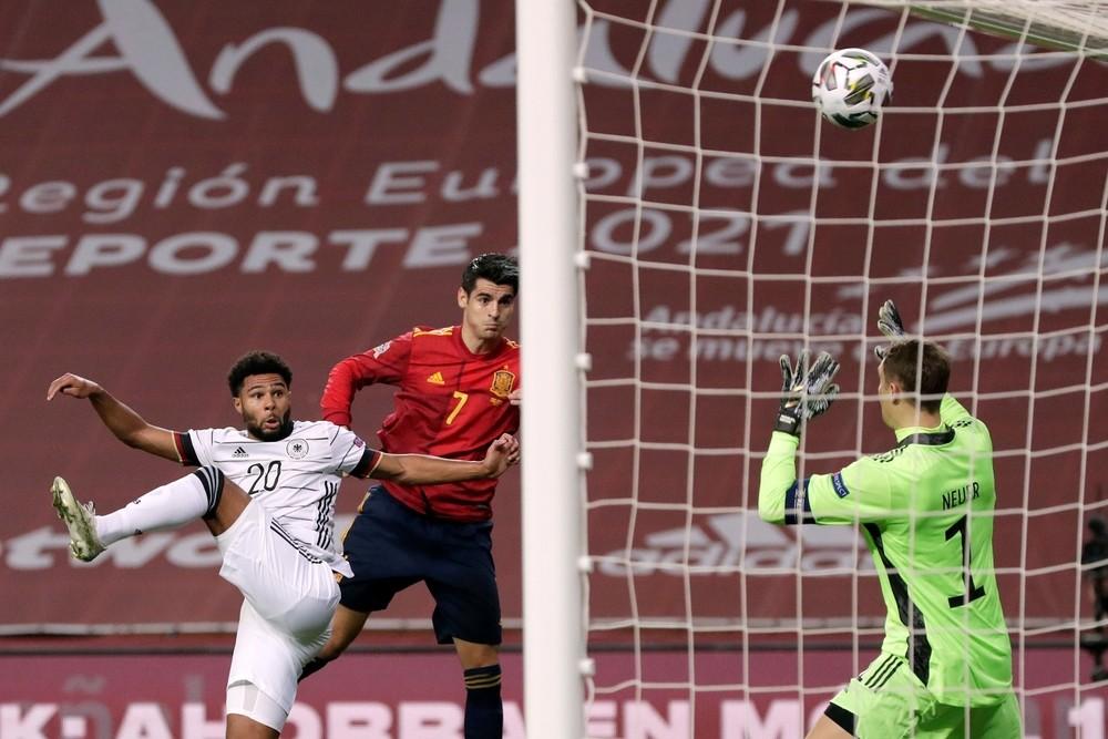 Morata, de cabeza, logró anotar con la Roja un año después.