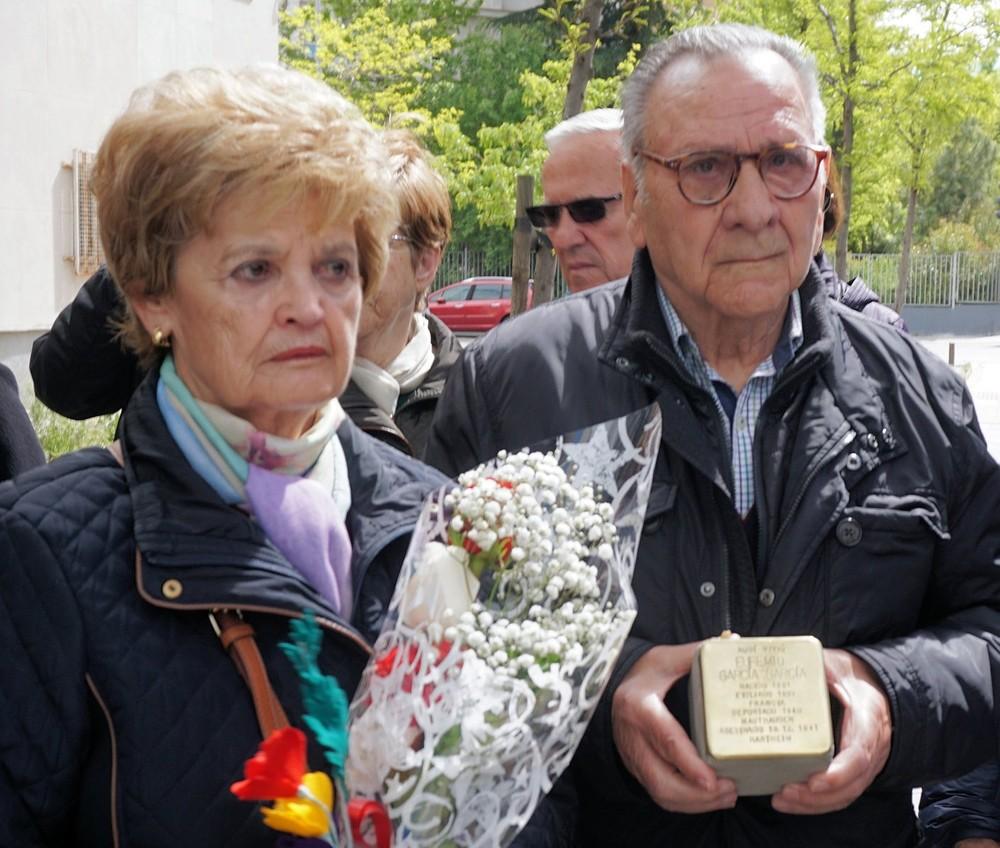 Eufemio García, hijo, junto a su esposa en un acto de homenaje a su padre donde colocaron una placa en en la casa de Madrid donde el nació y vivió su padre antes de que les mandaran a los campos y en los que él estuvo con seis años a las puertas