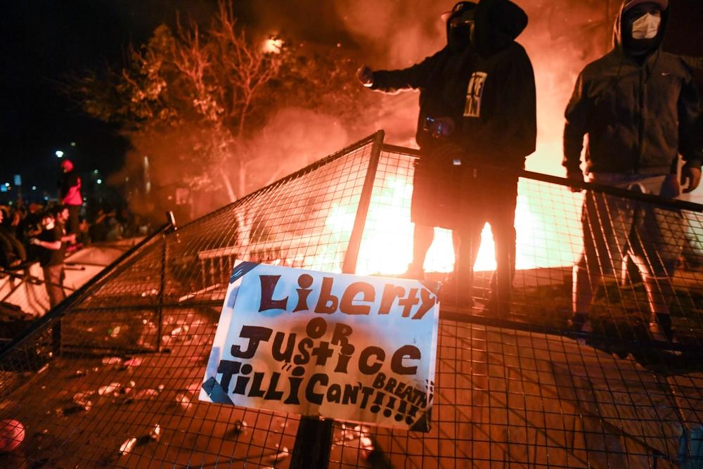Otra noche de protestas en Mineápolis por la muerte de George Floyd