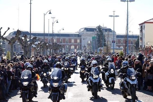 El desfile de banderas condiciona el tráfico en el centro