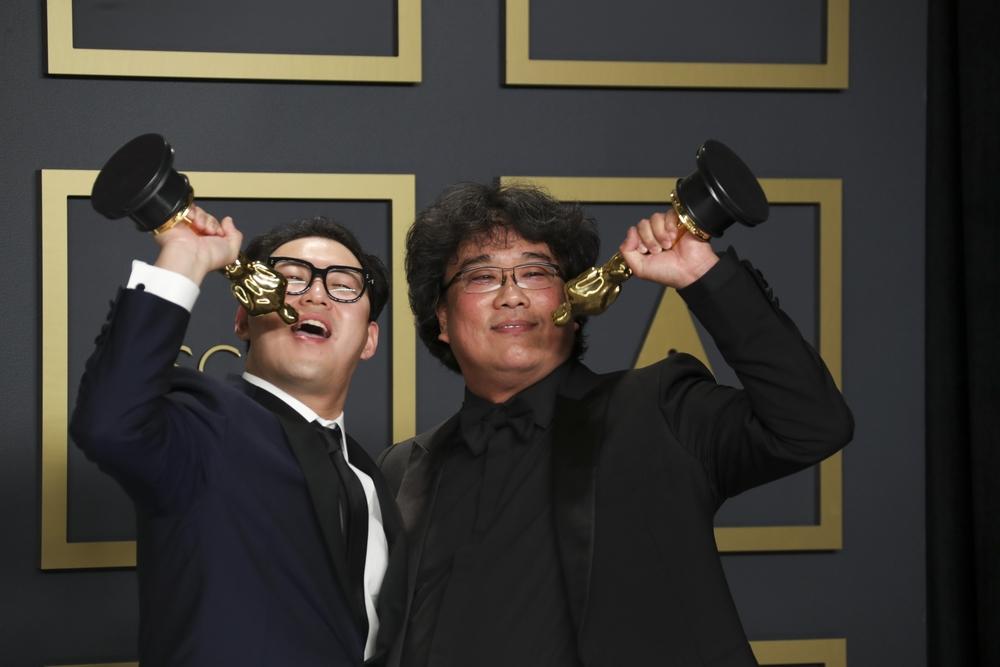 Han Jin Won y Bong Joon Ho (d), los ganadores de la noche, con los Oscar a mejor película ('Parásitos'), mejor película extranjera, mejor director y mejor guion original