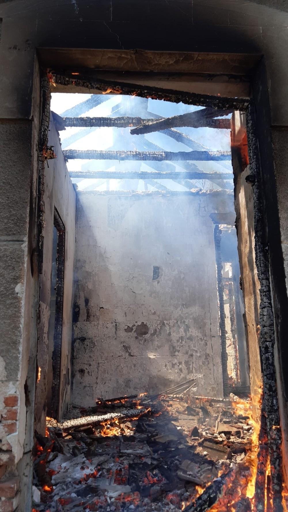 Los bomberos sofocan un incendio de una casa abandonada