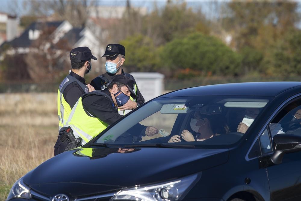 Control de la Policía Nacional para supervisar los desplazamientos durante el cierre perimetral de la comunidad.