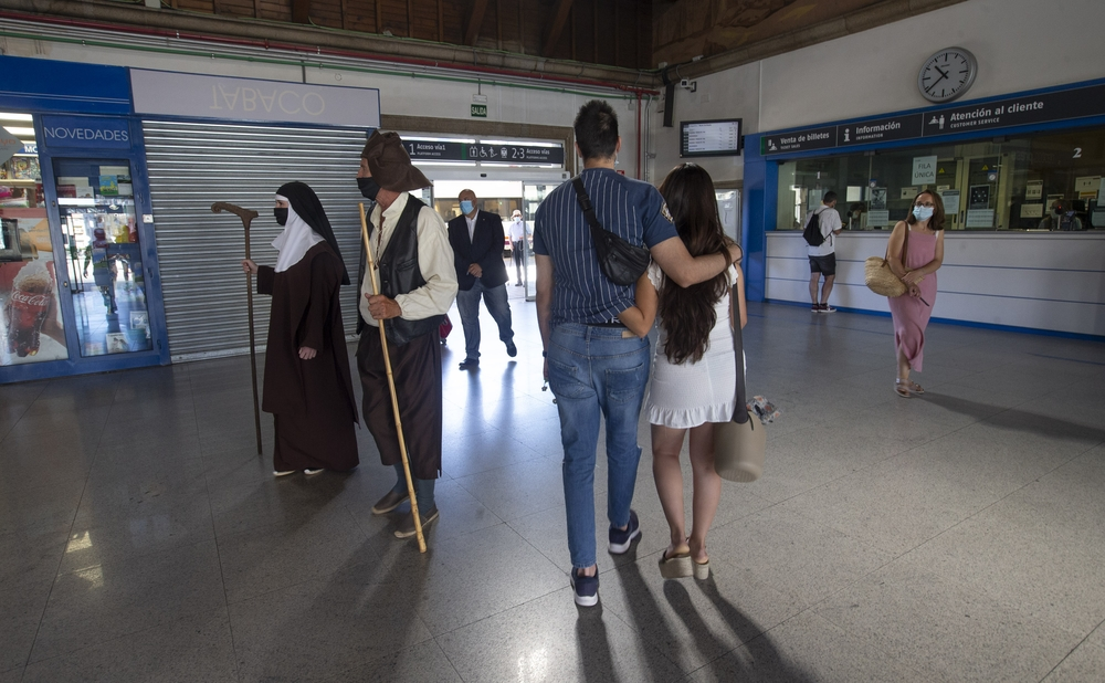 El Tren de Teresa arrancó este sábado con la llegada de los primeros viajeros que, en lugar de viajar con La Santa en el vagón como en ediciones anteriores, fueron recibidos en el andén por la abulense más ilustre.